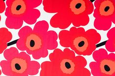Unikko (Poppy) print by Maija Isola for Marimekko. Marimekko Wallpaper, Marimekko Fabric, Fabric Patterns, Color Patterns, Print Patterns, Floral Patterns, Mosaic Patterns, Dwell On Design, Modern Design