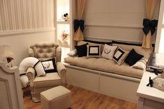 Destaque para o lindo papel de parede bege e mobilia no mesmo tom com elementos em azul marinho que contrapõe a composição