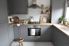 Our new kitchen! A reveal of our new grey, oak and white country style Howdens kitchen with product links and styling ideas. Grey Shaker Kitchen, Grey Kitchen Cabinets, Diy Kitchen, Kitchen Decor, Kitchen Ideas, Grey Kitchen Interior, Country Kitchen Designs, Interior Modern, Howdens Kitchens