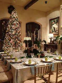 Love the idea of a giant square table for the whole family to sit around at holidays Christmas Open House, Christmas Dishes, Christmas Home, Christmas Holidays, Elegant Christmas, Beautiful Christmas, Merry Christmas, Christmas Table Settings, Christmas Tablescapes
