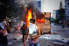 Government-run buses from Altamira suspended after burning of kiosk this evening http://www.noticias24.com/venezuela/noticia/227009/suspenden-indefinidamente-3-rutas-de-metrobus-que-salen-de-altamira-por-acciones-vandalicas/ … (Spanish) pic.twitter.com/dIt2tNQDBz