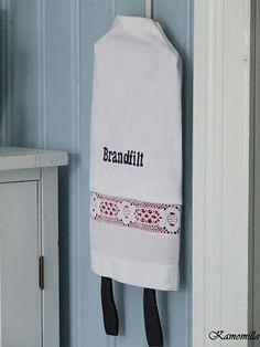 Brandfilt I Lilla Kamomillas Villa: Bättre vit än inte alls. Recycled Crafts, Diy And Crafts, Sewing Projects, Projects To Try, Plastic Bag Holders, Textiles, Hacks Diy, Handicraft, Knit Crochet