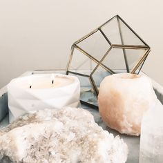Another thing I like in bedrooms are little collections of things on dressers or bed side tables. Feathers, a salt lamp, a little statue or crystals :) #UOcontest #UOoncampus