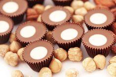 Pähkinöiden sijaan voit koristellasuklaa-kolanamit nonparelleillatai suklaarouheella.1. Mittaa ainekset pähkinöitä ja valkosuklaata lukuun ottamatta paksupohjaiseen kattilaan. Keitä seosta hiljallee...