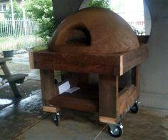 Pizzaoven van leem kun je zelf bouwen met leem en stro