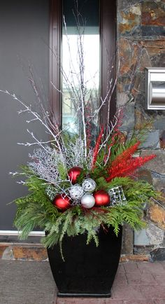 Outdoor Christmas Planters, Christmas Wreaths For Windows, Christmas Urns, Christmas Crafts, Christmas Porch Ideas, Christmas Window Boxes, Christmas Greenery, Winter Planter, Decoration Entree