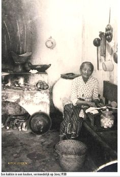 Indonesia ~ Java ~ Cook in kitchen Old Pictures, Old Photos, Vintage Photos, Maluku Islands, West Papua, Dutch East Indies, Dutch Colonial, Asian History, My Roots