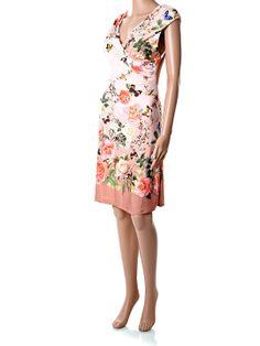 Krátke letné ružovo-hnedé šaty po kolená, bez rukávov, s bielym lemovaním a potlačou kvetín a motýľov. Šaty sú vhodné na štíhlejšie postavy, aj s väčším poprsím vďaka prekladanému strihu na hrudníku. Materiál je kvalitná prírodná viskóza s prímesou elastanu pre vyššiu pružnosť. http://www.yolo.sk/saty/ruzove-kvetovane-letne-saty-po-kolena