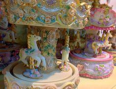 Detalhes de carrosséis. Caixa de música.  Carousel details. Music box.