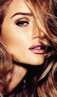Rosie Huntington-Whiteley posa para Vogue alemã com sombra nude