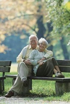 It makes me happy to see older couple's who are obviously still in love, and enjoying each other's company. Couples Âgés, Vieux Couples, Older Couples, Couples In Love, Growing Old Together, Romance, Old Age, Everlasting Love, Photo Couple