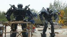 Pulse para ver el video.  En vídeo: un taller en China convierte coches en transformers