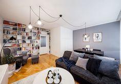 Největší pokoj v bytě slouží jako obývací zóna, jídelna, knihovna i domácí pracovna.