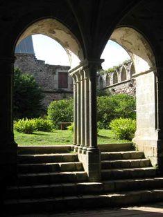 abbaye de Beauport (Bretagne): entrée de la salle capitulaire à partir du cloitre