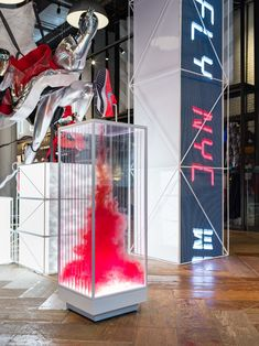 Retail launch of the 2018 Nike Pegasus 35 running shoe at Nike SOHO and Nike Flatiron in NYC. Window Display Retail, Shoe Display, Display Design, Retail Displays, Nike Retail, Visual Merchandising Displays, Nike Pegasus, Retail Concepts, Retail Store Design