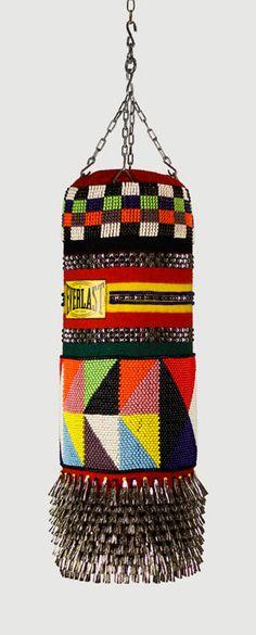 Los geniales sacos de boxeo y sus coloridas geometrías del artista Jeffrey Gibson.