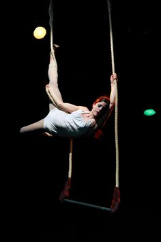 Flor Falcone_trapecio Aerial Dance, Aerial Silks, Aerial Yoga, Circus Aesthetic, Pity Party, Circus Performers, Circus Art, Aerial Arts, Contortion