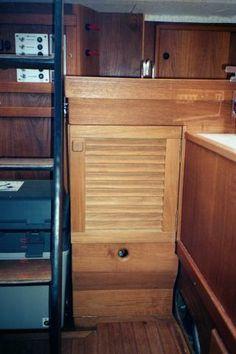 """FE83:n uusi sisustus,  Tiskialtaan alla oleva kaappi on irroitettava, mutta tiskiallas ja sitä tukeva """"yläkerta"""" on kiinteä. Rakenteen perustan muodostaa portaan vierestä veneen ulkolaidalle asti ulottuva, poikittainen tiikkipalkki"""