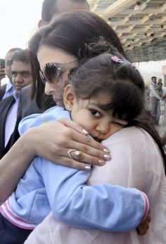 Aishwarya Rai Bachchan Aaradhya Bachchan Gallery - Spotted returning to Mumbai from Bhopal Gold Ring Designs, Gold Earrings Designs, Gold Jewellery Design, Necklace Designs, Aishwarya Rai Baby, Aishwarya Rai Pictures, Diamond Finger Ring, Gold Finger Rings, Diamond Bangle
