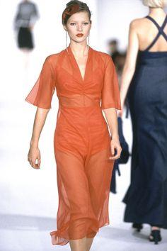 Kate Moss au défilé Marc Jacobs printemps-été 1995 http://www.vogue.fr/mode/cover-girls/diaporama/kate-moss-15-annees-sur-les-podiums/4533/image/372188#marc-jacobs