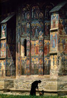 A view of Moldovita Monestary, Romania.  http://petitcabinetdecuriosites.tumblr.com/post/24964233164/muirgilsdream-a-view-of-moldovita-monestary