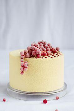 Veludo Branco   massa red velvet com recheio de mousse de cream cheese e creme de frutas vermelhas / Red velvet cake with cream cheese mousse and red fruits cream