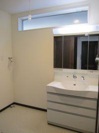 洗面所窓 Bathroom Lighting, Bathtub, House Design, Mirror, Furniture, Home Decor, Bathroom Light Fittings, Standing Bath, Bathroom Vanity Lighting