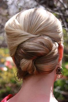 Get this gorgeous wedding updo by starting with half-up hair and folding into a bun. #wedding #weddinghair