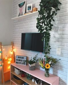 Sala de estar da com papel de parede com estampa de tijolinhos. Interior Design Living Room, Living Room Decor, Bedroom Decor, Wall Decor, Upcycled Home Decor, Room Color Schemes, Indian Home Decor, My Room, Decoration