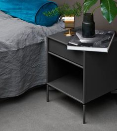 The headboards complement perfectly with Montana's Shelving modules or with a night table, either on legs or casters