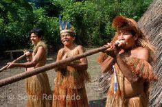 Revelen imatges de tribu aïllada de la civilització a Amazonas peruà En la vora d'uns dels rius de la reserva Parc Nacional del Manú, d'un milió 900 mil hectàrees i situada al sud-est del Perú, en ple Amazones, un arqueòleg i una turista aconseguir fotografiar-per primera vegada-a un grup de índígenas mashco-piros, dels quals poc o gens es coneix, ja que defugen el contacte amb la civilització i viuen en total aïllament. A les imatges-preses a distància-es veu a alguns usant taparrabos, tot…