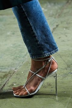 Desça do salto! Sapatos baixos prometem reinar na próxima