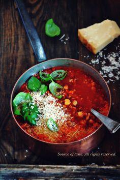 Томатний суп з нутом та м'ясним фаршем