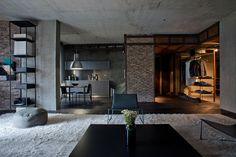 Квартиры площадью 123 кв. метра в Киеве представлена двумя спальнями, гостиной, кухней, гардеробной и санузлом. При реализации проекта акцент был сделан на натуральные материалы, включая бетон, металл, кирпич, стекло, дерево и штукатурку. Индустриальные элементы в виде брутального потолка, детале...
