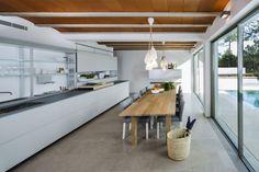 Kuchnia otwarta dla gości - połączenie kuchni z jadalnią