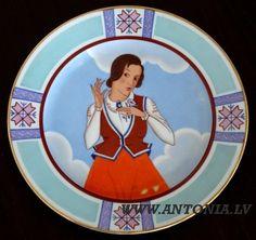 """Niklāvs Strunke (1894-1966) """"Sirdspuķīte"""" 1933. Apgleznots porcelāna šķīvis """"Ripors"""", zeltījums. Diam. 25 cm Ls 1 500"""