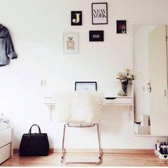 follow me  pic from www.lifesplash.nl | jiami jongejan | inspiration | clean | desk | office | wall | space | minimalism | white | wood |