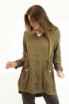 Parka oversieze en color verde oliva con tejido de piequé. Capucha. Ajustable a…