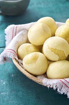 Apesar de ter cara de pão de queijo e levar alguns ingredientes típicos da receita mineira, como polvilho doce e azedo, esse pão de mandioquinha tem um sabor bem diferente. A textura lembra bastante pão de queijo, tem aquele puxa puxa característico. Mas o sabor e o cheiro é de mandioquinha, levemente adocicado, uma delícia! É perfeito para o café da manhã ou lanchinho da tarde. Como tem um sabor suave, vai bem tanto com acompanhamentos doces, como geleia, goiabada, melado e creme de avelã…