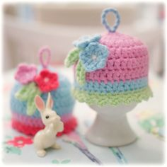 pictures of little egg cosies - added tiny flowers, leaves and twisted cord loops - no pattern, but sooo cute ༺✿ƬⱤღ✿༻ Crochet Kitchen, Crochet Home, Love Crochet, Beautiful Crochet, Crochet Crafts, Crochet Dolls, Yarn Crafts, Crochet Projects, Knit Crochet