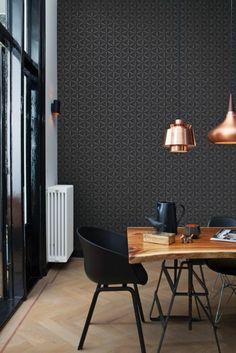 élégant papier peint géométrique pour un salon moderne, intérieur foncé, déco cuivre et bois
