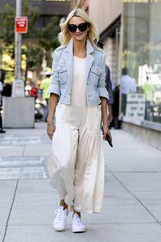 Lookée en baskets avec une robe bohème long et fluide porté avec un blouson en jean
