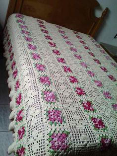 carreiras Crochet Bedspread Pattern, Granny Square Crochet Pattern, Afghan Crochet Patterns, Crochet Squares, Knitting Patterns, Crochet Cross, Crochet Home, Filet Crochet, Sewing Circles