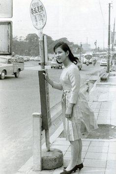 吉永小百合  Sayuri Yoshinaga  (actress) at the Akasaka-Mitsuké's bus stop circa mid-1960's .  ☆デビューはまだ小学生だった1950年代。写真当時が20歳と仮定して、昭和40年頃?  赤坂見附ってこんな感じだったのね!!