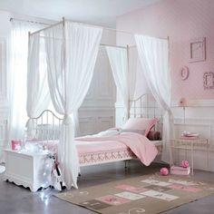 Le lit baldaquin enfant – comment faire la déco pour la chambre - lit-baldaquin-enfant-rose-tapis