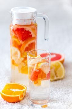 Eau détox aux agrumes Detox water or flavored water is mineral water to which fruits and / or vegetables are … Week Detox Diet, Detox Diet Drinks, Detox Diet Plan, Water Recipes, Detox Recipes, Quick Detox, Detox Kur, Cleanse Detox, Stomach Cleanse