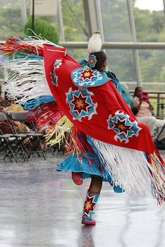 Red fancy shawl dancer at the 2014 Pequot museum education pow wow Native American Pictures, Native American Clothing, Native American Regalia, Native American Women, Native American Beadwork, American History, Fancy Shawl Regalia, Girl Group Costumes, Woman Costumes