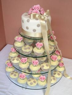 Picture of a wedding cupcake tree: I love cupcakes with flowers - and these handmade roses are absolutely beautiful and very elegant. Vegan Wedding Cake, Mini Wedding Cakes, Wedding Cakes With Cupcakes, Cupcake Wedding, Wedding Desserts, Party Wedding, Pretty Cakes, Beautiful Cakes, Amazing Cakes