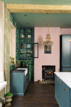 Как же нравится эта новая кухня от дизайнеров из Devol Kitchens! Даже розовые стены смотряться очень здорово. Да и вообще, хочется отдельно отметить цветовую гамму — довольно необычную, как для традиционно консервативного английского стиля. Но, пожалуй, именно эта смелость делает кухню действительно свежей и уникальной!