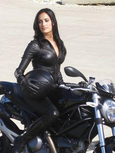 bikes-n-girls: Biker girl . Lady Biker, Biker Girl, Motard Sexy, Motos Vespa, Motos Vintage, Chicks On Bikes, Motorbike Girl, Motorcycle Girls, Classic Motorcycle